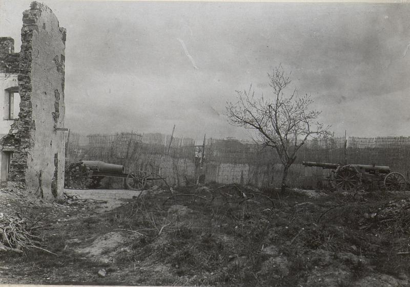 Ein 28cm Mörser u.20.2cm weittragendes Geschütz. Aufgenommen an der Strasse beim Isonzo-Görz. (Ende März. 1918.)