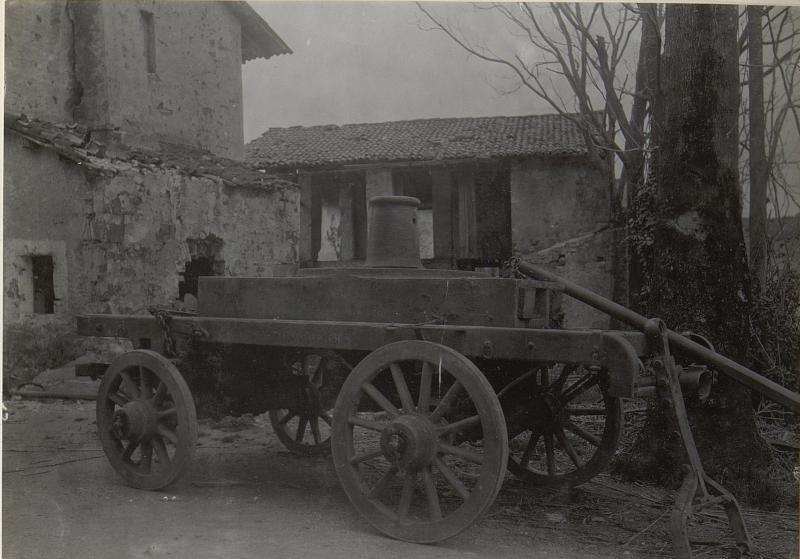 Autoanhänger mit 15cm Lafette, Bettung von einem 15cm Mörser auf itl.Autoanhänger verladen. (Ende März. 1918.)