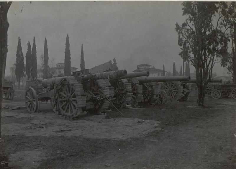 4 Stück weittragende 15cm Geschütze, Görz, Parkplatz. (Ende März. 1918.)