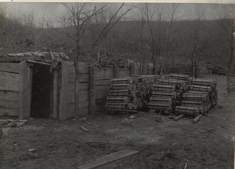 Art.Munition in Verschlägen und Unterstand, Podgorahöhe. Anfang April 1918.