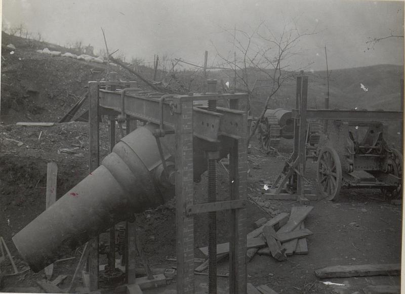 Ein im Hebezug hängendes Rohr von einem 28cm Mörser. S.Marco-Höhe.Mitte April 1918.