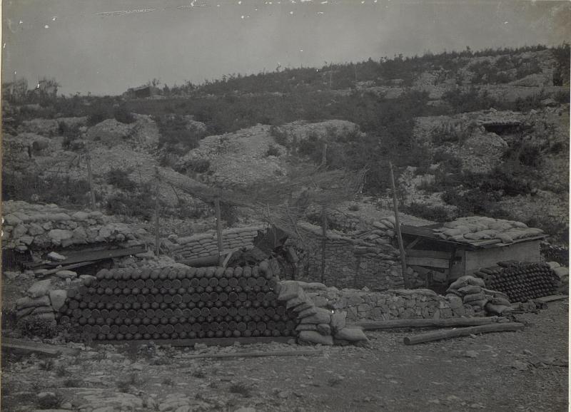 Aufgestappelte von den Itl.beim Rückzug im Stich galassene Munition.Valona-Tal.Anfang Mai 1918.