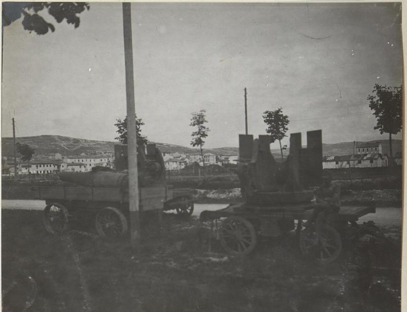 Bettung und Geschütz, im Hintergrund Doberdo mit den Laufgräben Monfalcone. Anfang Mai 1918.