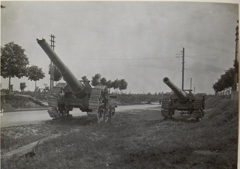 Ein gesprengtes und ein gut erhaltenes itl.Geschütz. Monfalcone.Anfang Mai 1918.