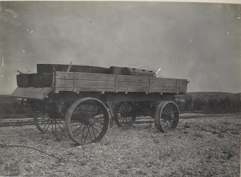 Autoanhänger mit Bettung beladen. (Ronchi: Mitte Mai 1918.)