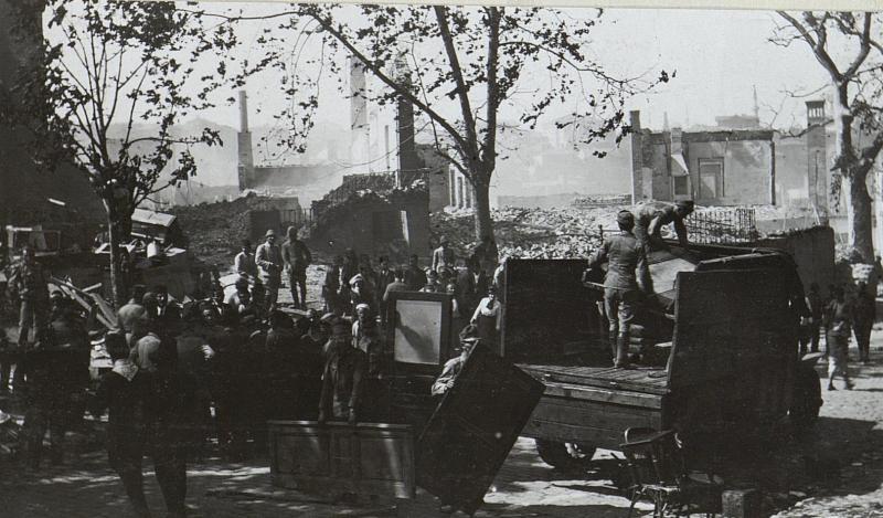 Bilder vom Riesenbrand in Stambul. Österreichische Soldaten bei den Bergungsarbeiten.