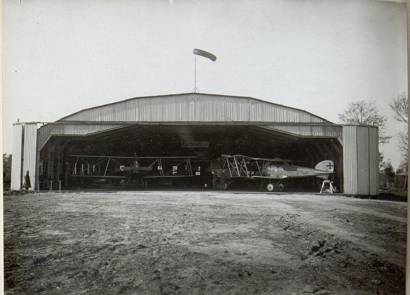 Abbildung von Flugzeugen und Hangars am russischen Kriegsschauplatz