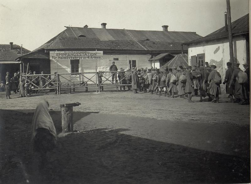 Darstellung von russischen Soldaten und auch öst. - ungarischen Truppen, die aus der Kriegsgefangenschaft heimkehren