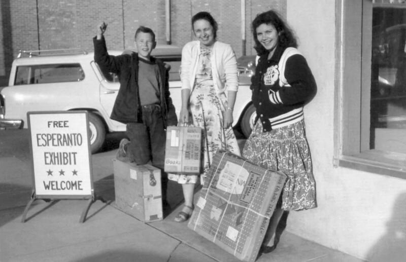 Familie Doneis mit einer Esperanto-Wanderausstellung, um 1990