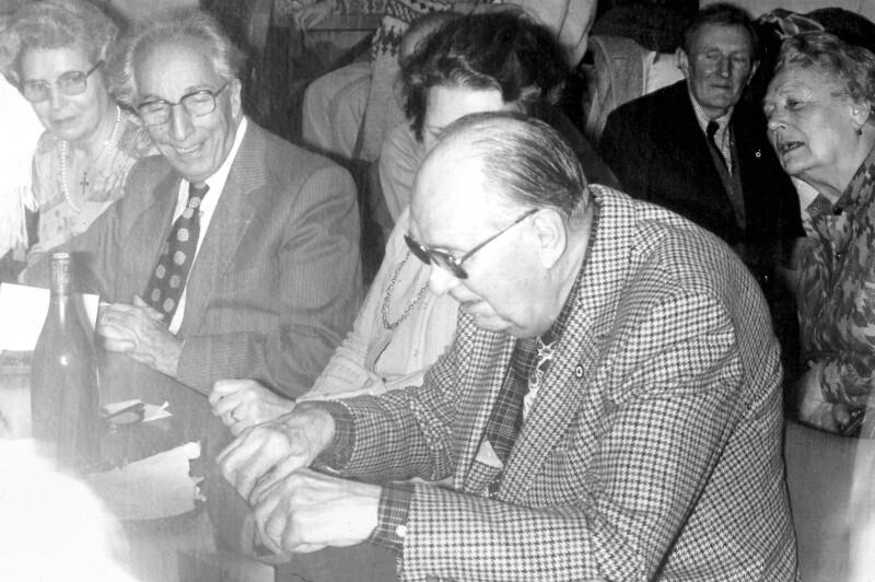 Gaston Waringhien beim Öffnen eines Geschenks, um 1985