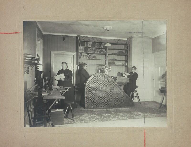 """Karin und Harald Thilander bei der Herstellung der Braille-Zeitschrift """"Esperanta ligilo"""", 1912"""