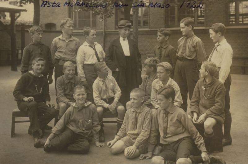 Asta Mikkelsen mit ihrer Klasse, Kopenhagen 1922