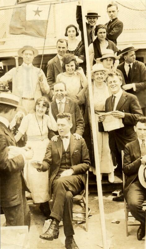 New Yorker Esperantisten während einer Schifffahrt auf dem Hudson River, 1920