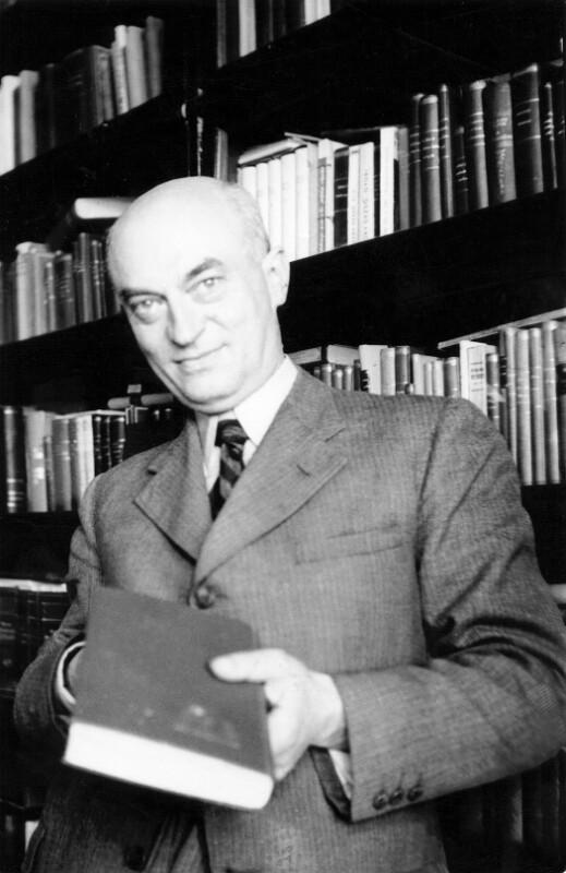 Kalman Kalocsay vor seinem Bücherregal, Budapest um 1950