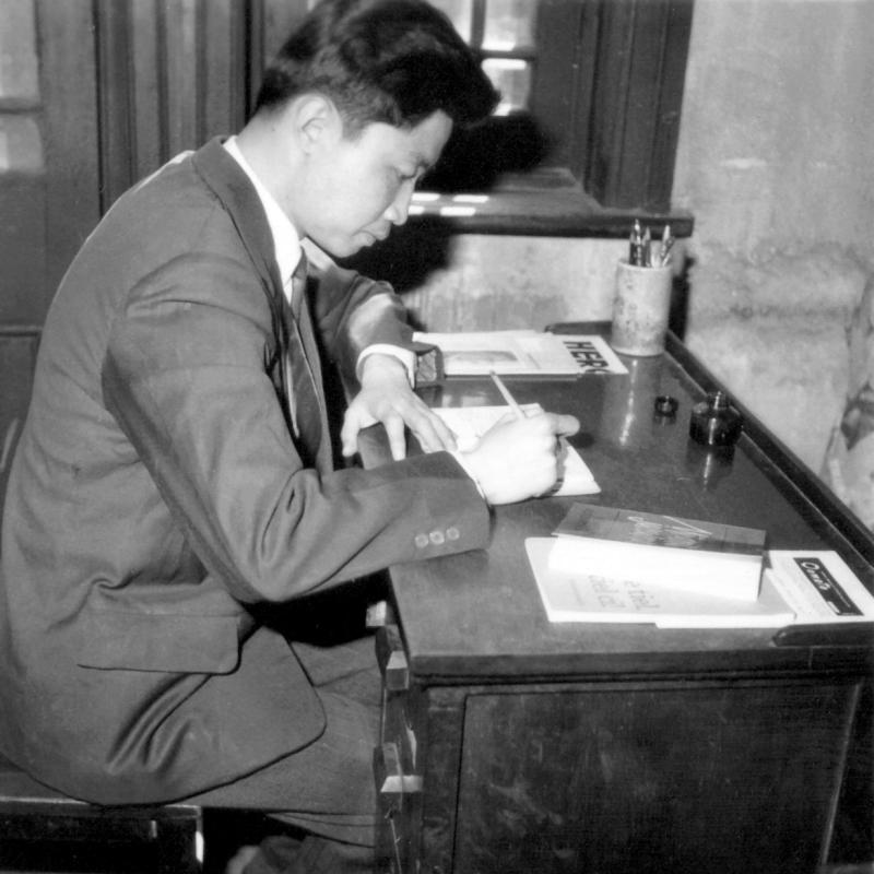 Armand Su an seinem Schreibtisch, Tientsin 1967