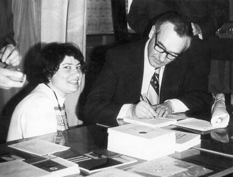 Andrzej Pettyn beim Signieren seiner Lehrbücher, um 1980