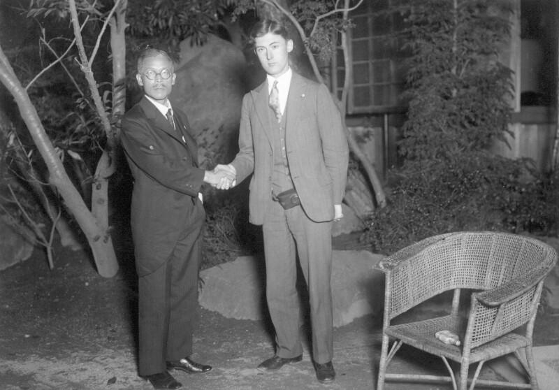 Tasuke Asoo und Joseph R. Scherer im Innenhof des Kamenoi-Hotels, Beppu 1930
