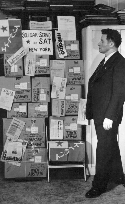 """Ralph R. Bonesper mit Hilfspaketen des """"Solidar-Servo de SAT"""", New York um 1950"""