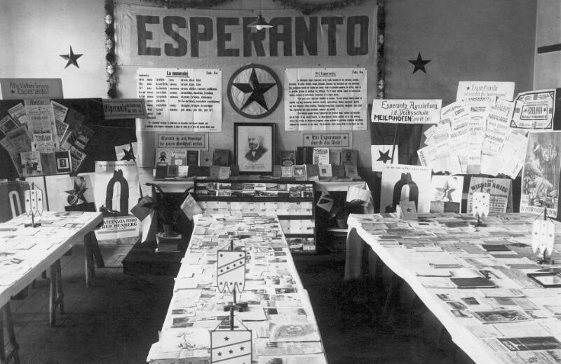 Esperanto-Ausstellung in einer Klasse der Volksschule Meierhöfen bei Karlsbad, 1926