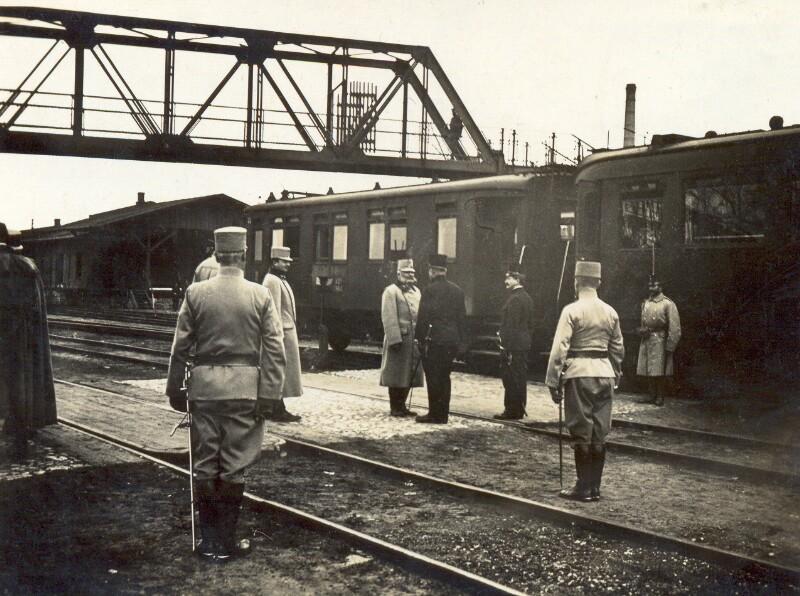 Hugo Steiner erstattet als Bahnhofsvorstand Meldung, Dombrowa um 1915