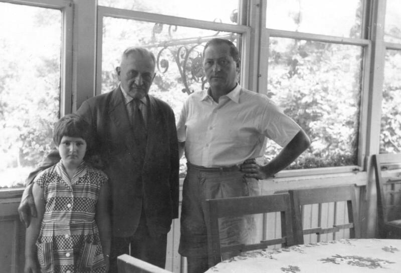Hugo Steiner mit Enkelin Christine und Sohn Lothar, Bisamberg um 1960