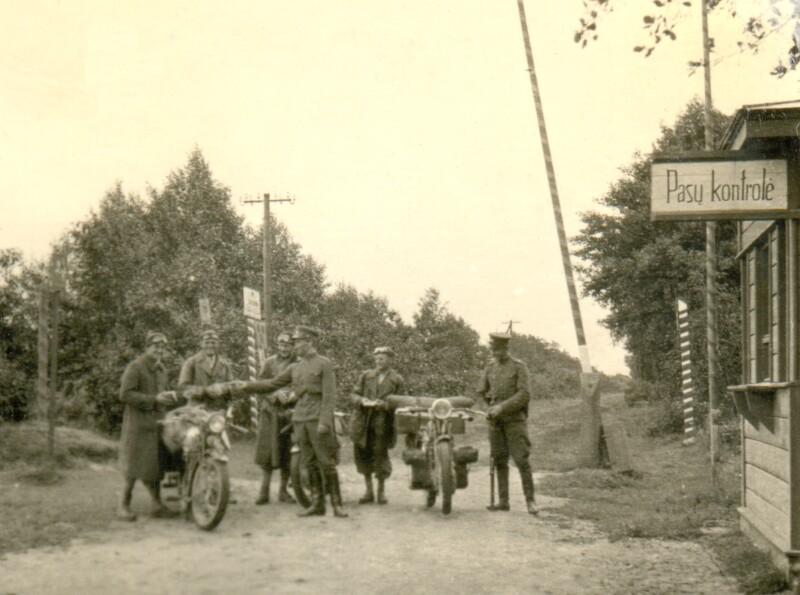 Die Brüder Alois und Willibald Schneider mit ihren Motorrädern an einem Grenzübergang in Lettland, 1935