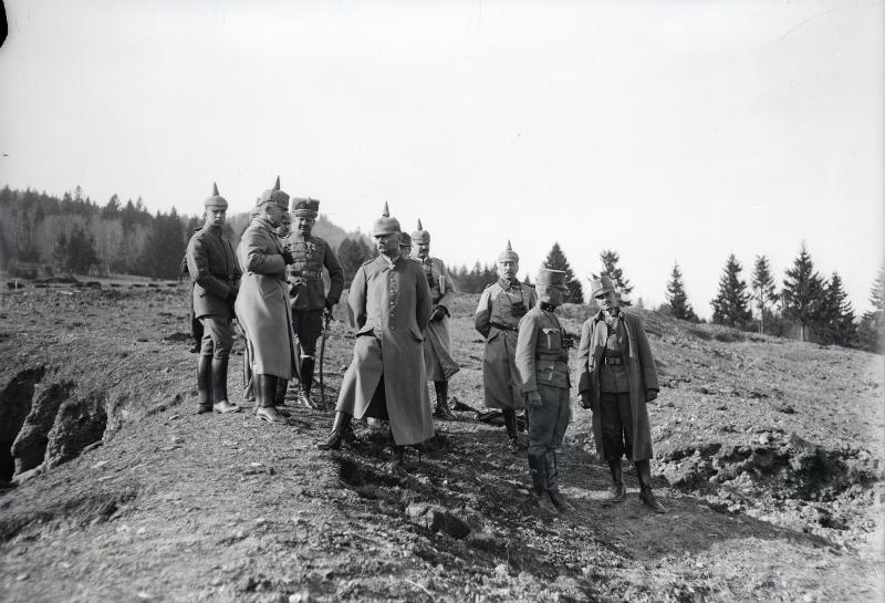 Erzherzog Karl gemeinsam mit dem Oberkommandierenden deutschen General Erich von Falkenhayn in den feindlichen Stellungen, 4.11.1916 von K.u.k. Kriegspressequartier, Lichtbildstelle - Wien