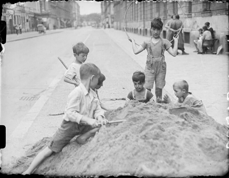 Spielende Kinder von Österreichische Lichtbildstelle