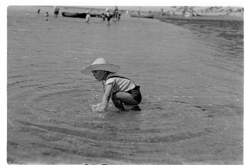Spielendes Kind am Meer von Heydecker, Joe J.