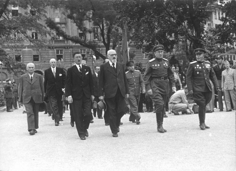 Enthüllung des sowjetischen Ehrenmales am Schwarzenbergplatz von Blaha, Franz