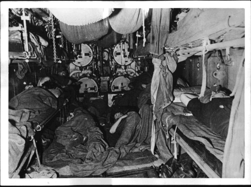 Schlafende U-Boot Besatzung vor den Torpedorohren von Hoffmann, Heinrich
