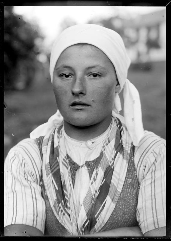 Frau mit Kopftuch von Schmutzer, Ferdinand