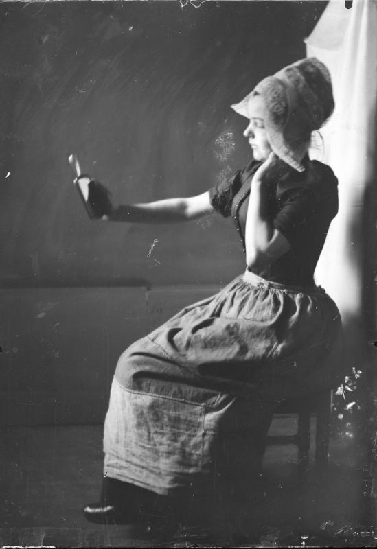 Frau mit Spiegel in holländischer Tracht von Schmutzer, Ferdinand