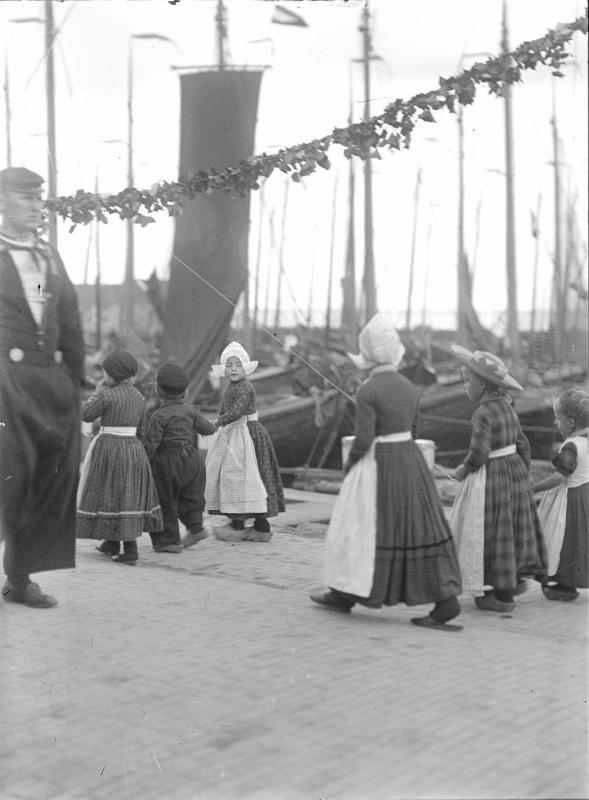 Kinder in holländischer Tracht von Schmutzer, Ferdinand