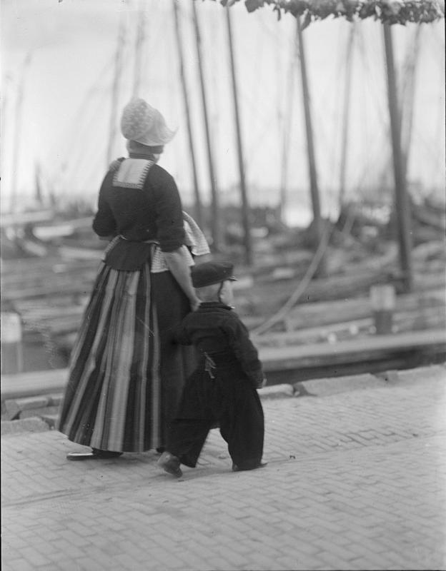 Frau und Knabe in holländischer Tracht von Schmutzer, Ferdinand