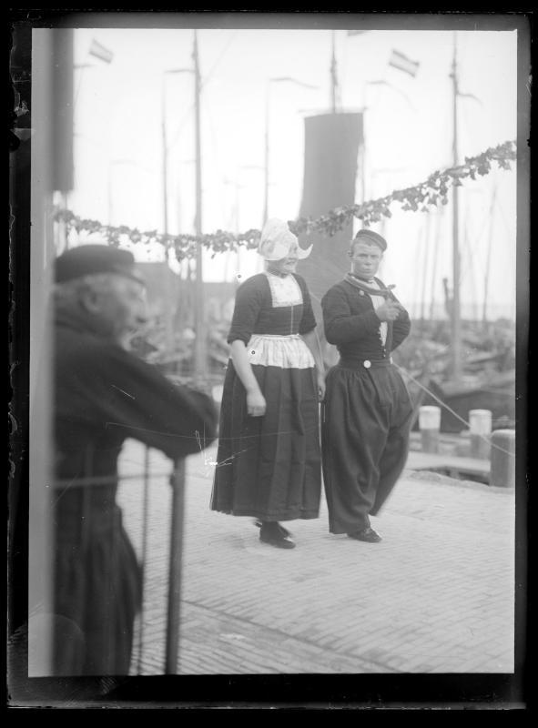 Holländisches Paar in Tracht von Schmutzer, Ferdinand