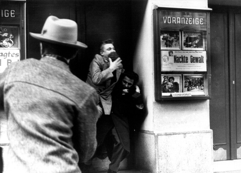 Jugendliche vor einem Wiener Kino von Cermak, Alfred