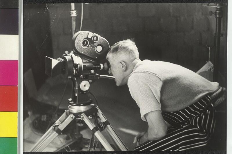 Oskar Kokoschka überprüft die Kamera für den Film über das Staatsoperngemälde von Cermak, Alfred