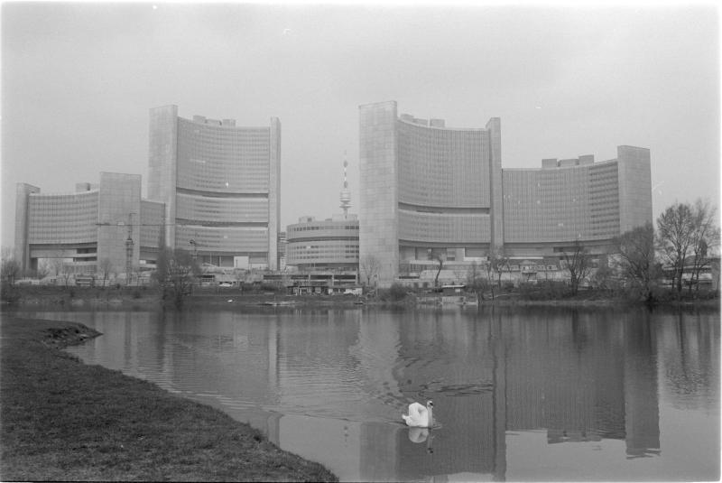 UNO-City (aussen); die ganze Anlage, im Vordergrund ein Schwan auf der Donau von Kern, Fritz