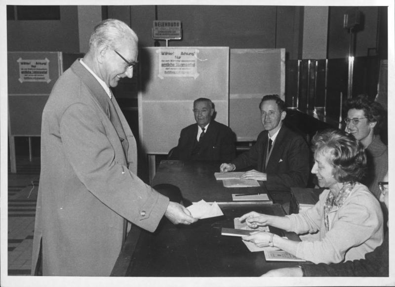 Nationalratswahl 1962: Franz Jonas bei der Stimmabgabe von Kern, Fritz