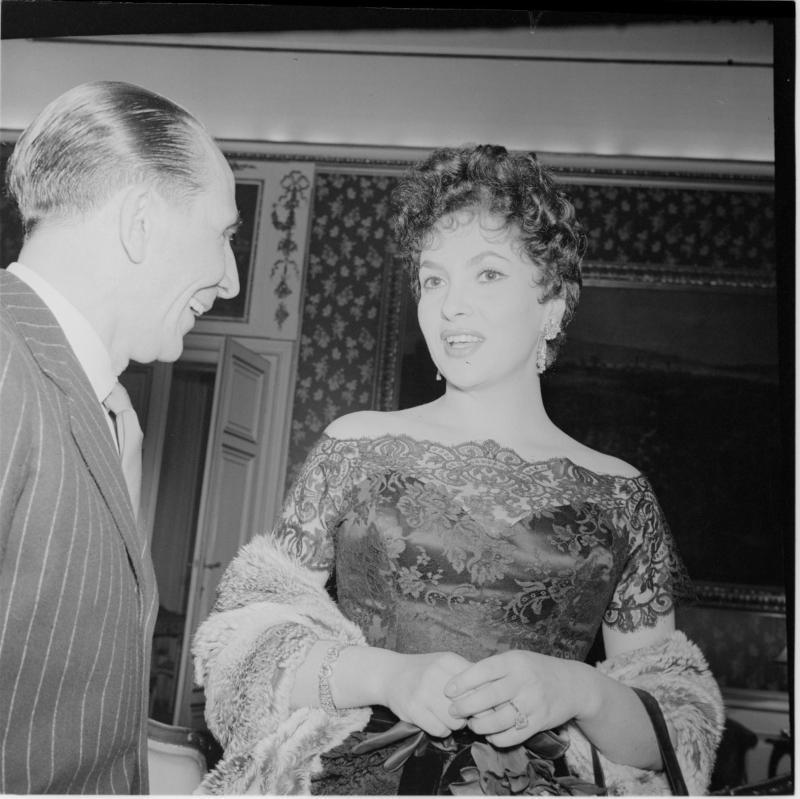 Lollobrigida im Gespräch mit einem Mann. Gina Lollobrigida in Wien von Scheidl