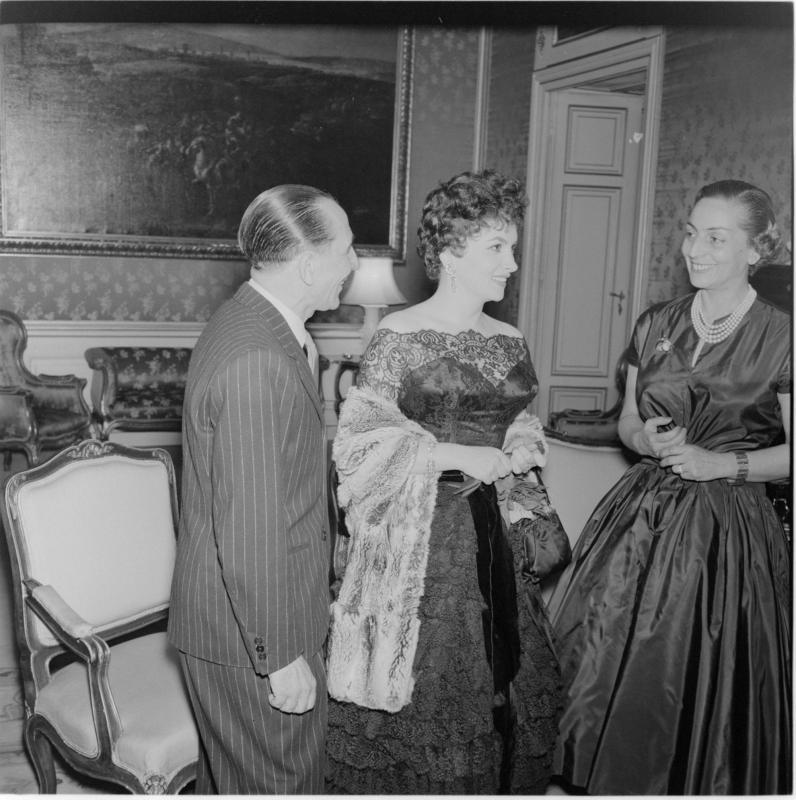 Gina Lollobrigida im Gespräch mit einem Mann und einer Frau. Gina Lollobrigida in Wien von Scheidl