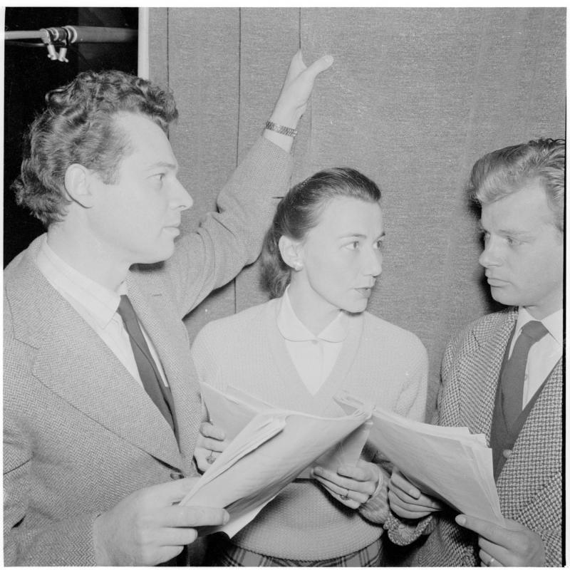 mit Walther Reyer, Albert Rueprecht und eine Frau, unterhalten sich. Aufnahme im Funkstudio - 'Iphigenie auf Tauris' von Scheidl