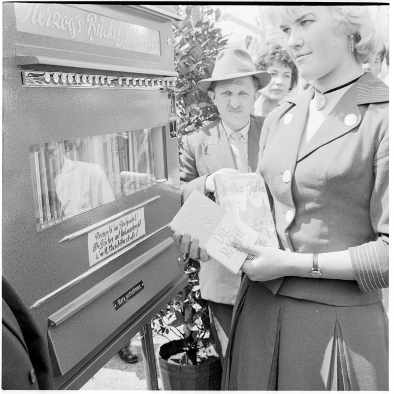 Menschen-Schlange beum Buch-Automaten angestellt. Buch-Automat der Firma Herzog von Scheidl