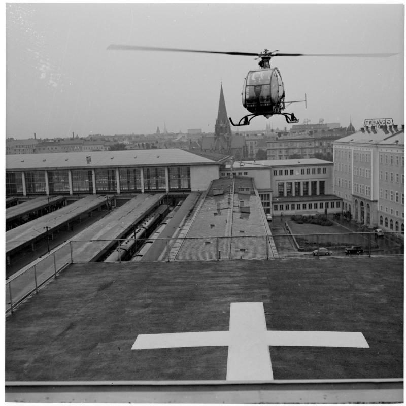 Hubschrauber kurz vor der Landung. Hubschrauber am Westbahnhof von Scheidl
