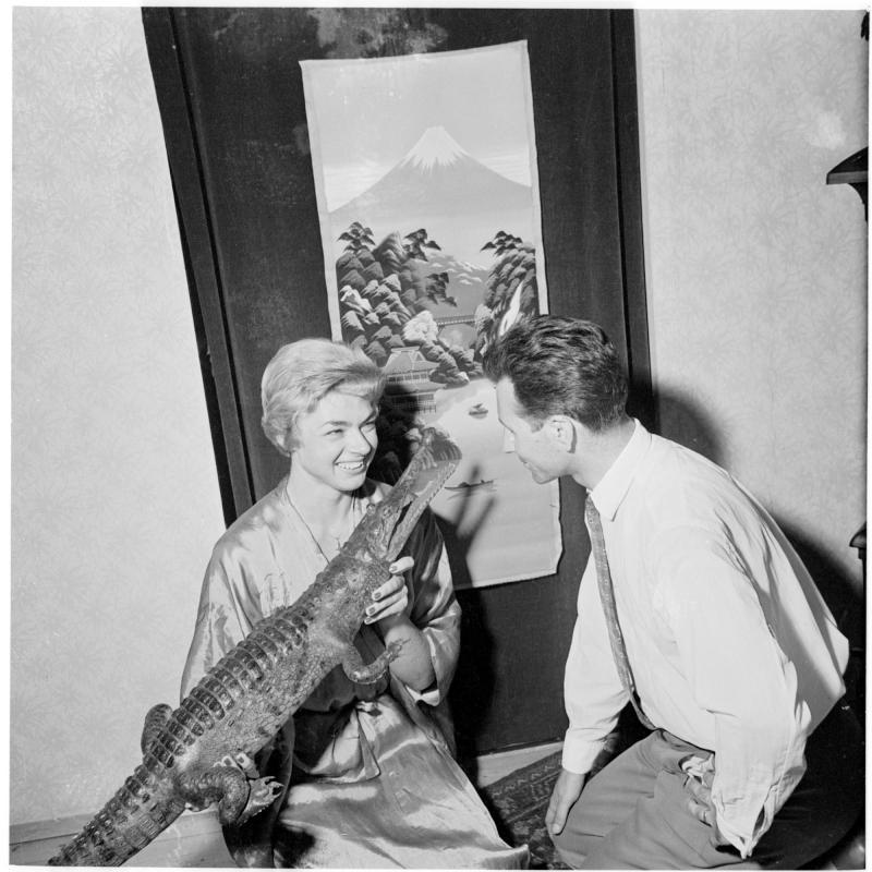 die Dame mit einem ihrer Beutestücke, ein kleines Krokodil, zeigt es einem Mann. Wiener Krokodilfängerin von Scheidl