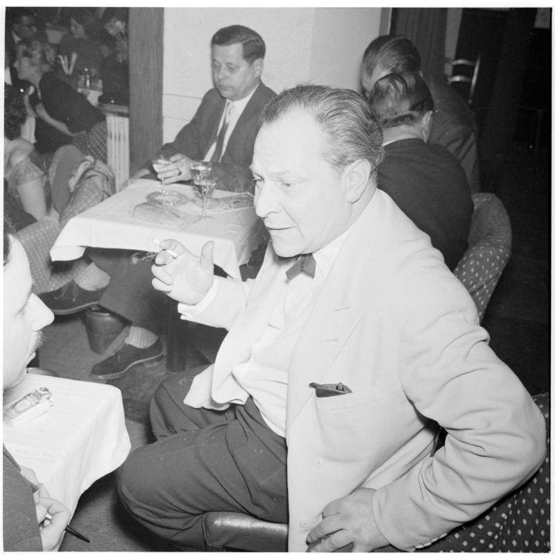 Publikum, zwei Männer unterhalten sich. Striptease im Maxim von Scheidl