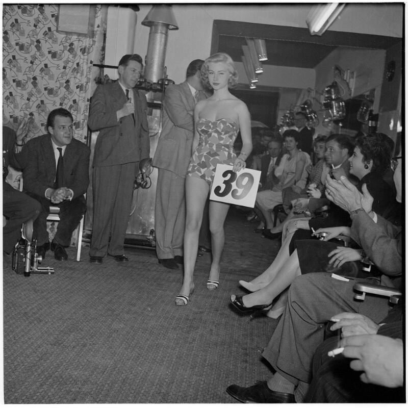 Model mit der Nummer 39 geht am Publikum und den Juroren vorbei. Wahl für Miss Vienna von Scheidl