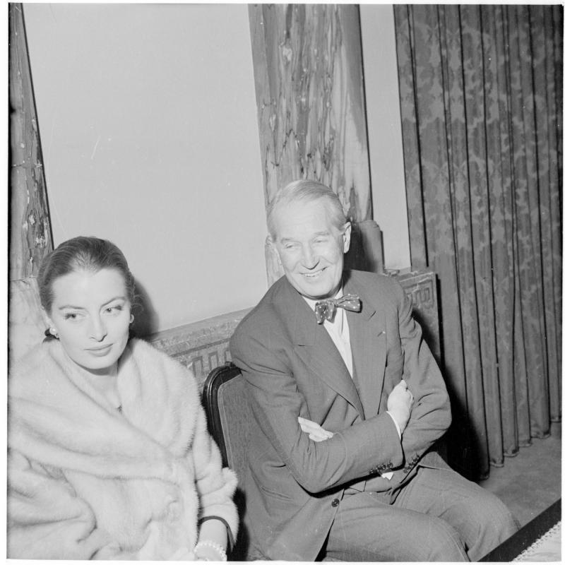 Chevalier sitzt neben einer Dame. Maurice Chevalier von Scheidl