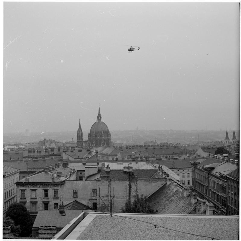 Hubschrauber in der Luft. Hubschrauber am Westbahnhof von Scheidl